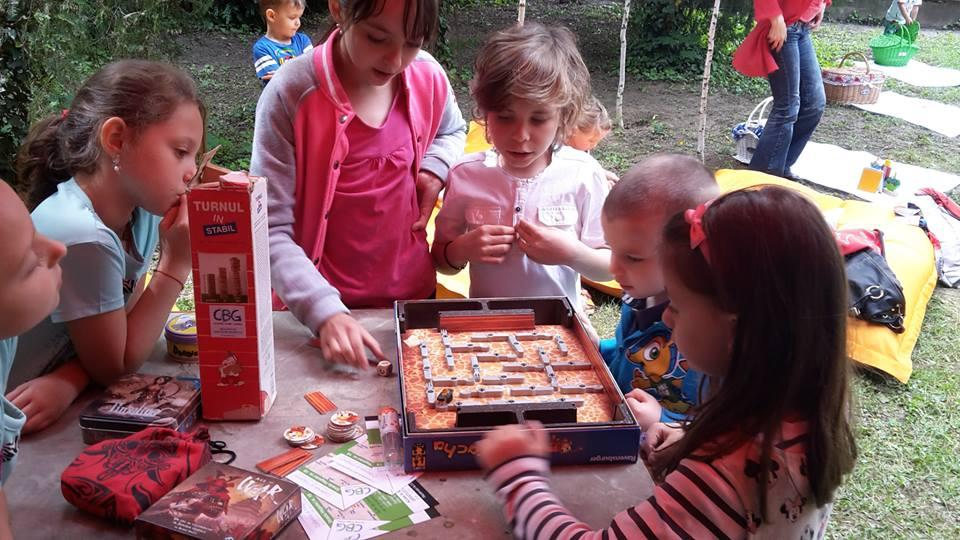 copiii joaca board games 28.07